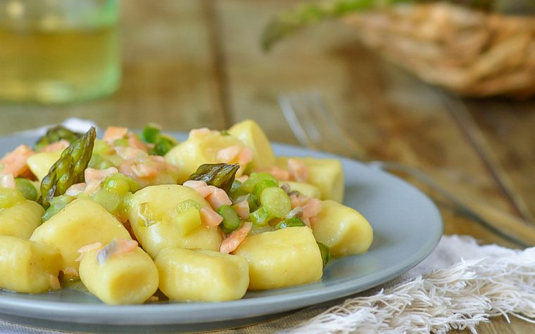 Gnocchi di ricotta con asparagi e salmone