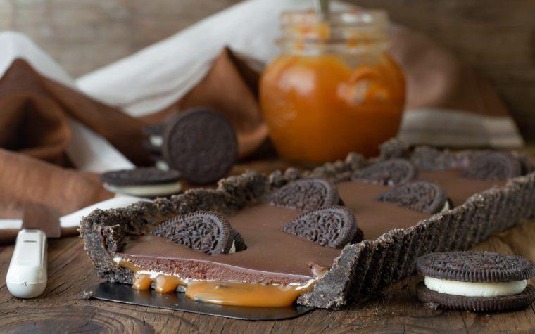 Crostata di biscotti, cioccolato e caramello salato
