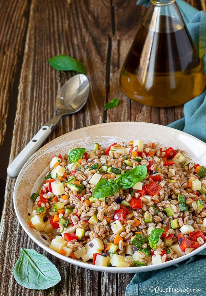 insalata di farro con verdure e formaggio
