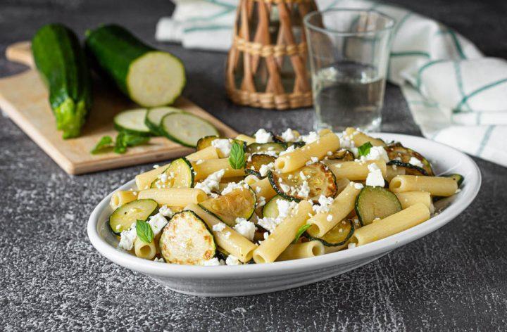 pasta fredda con zucchine e feta