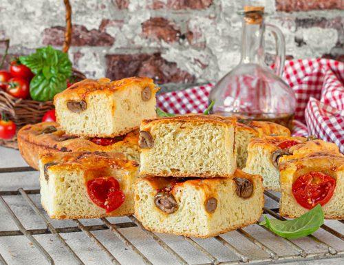 Focaccia al pesto con pomodorini e olive