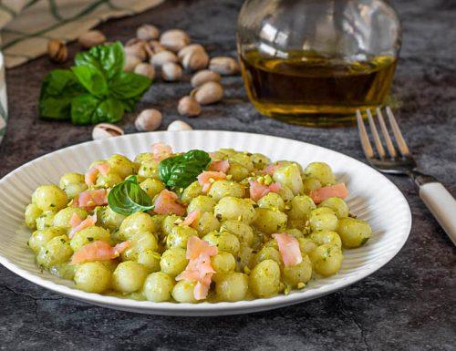 Gnocchetti al pesto di pistacchi e salmone