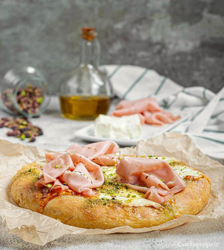 pizza con stracchino mortadella e pistacchio