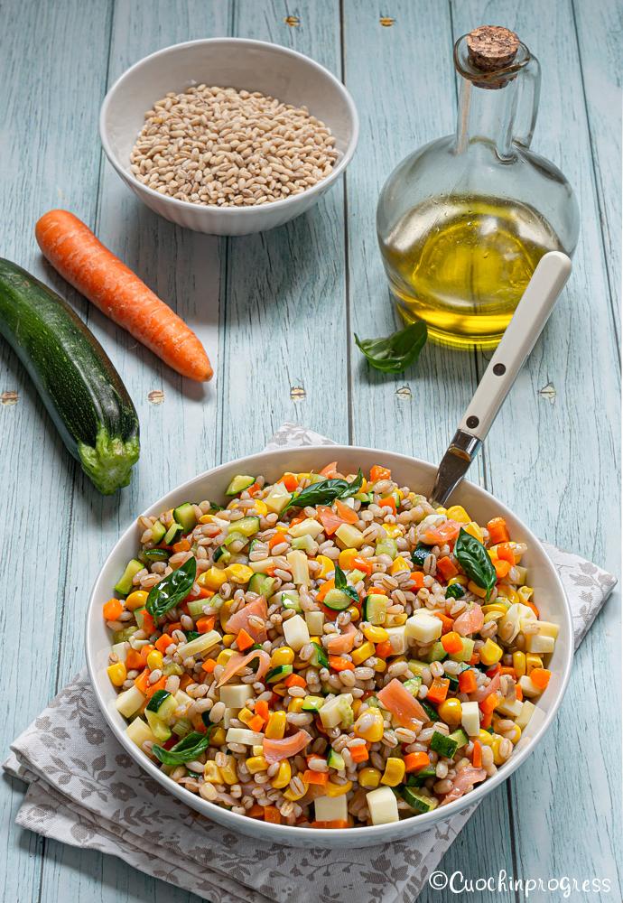 insalata di orzo con verdure e salmone