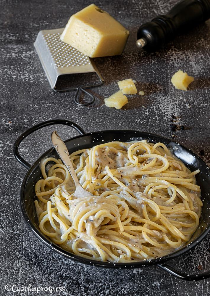 spaghetti cacio e pepe con alici