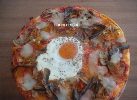 Pizza con uovo a occhio di bue