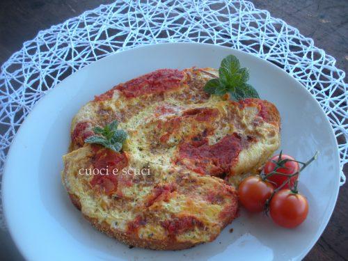 Pane con uova e pomodoro