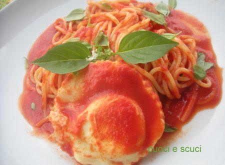 Spaghetti con l'uovo in camicia rossa