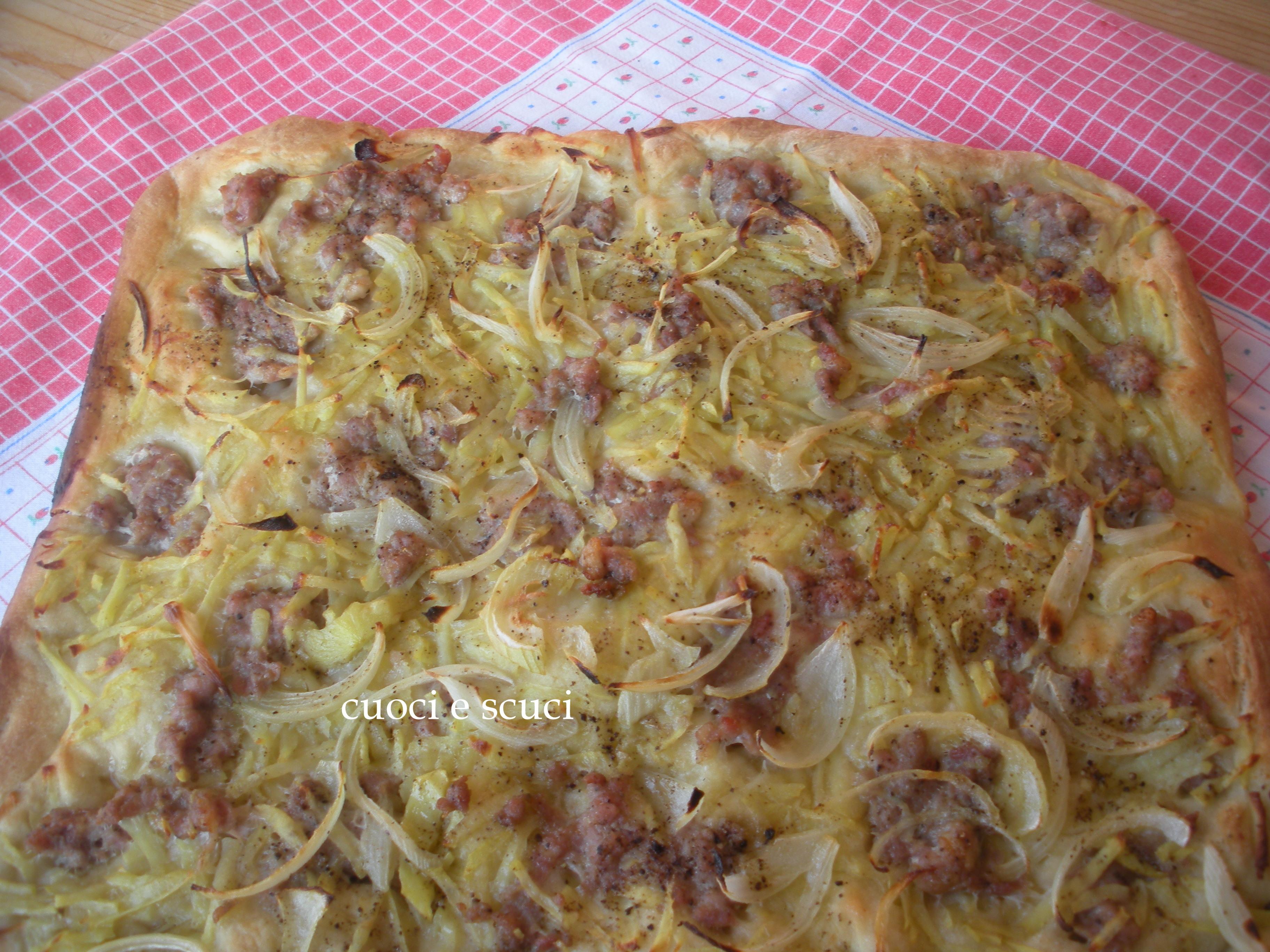 Pizza con salsiccia patate e cipolla cuoci e scuci for Pizza con planetaria