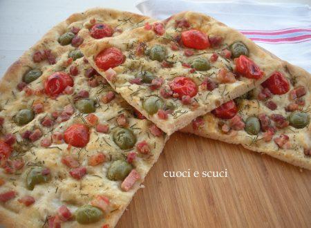 Pizza con olive, ciliegino e pancetta