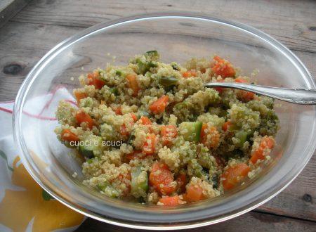 Insalata di quinoa con zucchine e peperoni