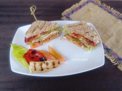 Club sandwich con verdure e guacamole