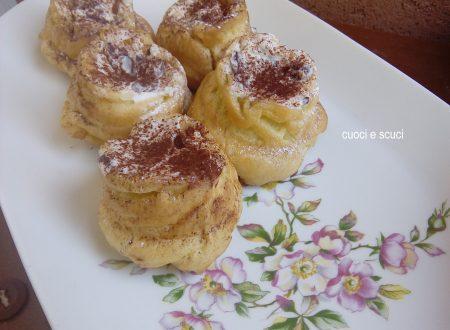 Rose dolci di pasta choux con crema di ricotta
