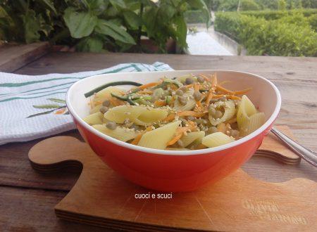 Insalata di pasta con lenticchie e verdure croccanti