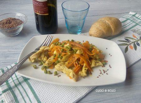 Straccetti di pollo e carote, piselli e semi di lino