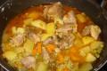 spezzatino di gallinella di maiale con patate e piselli
