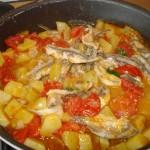 alici con patate e pomodorini in padella