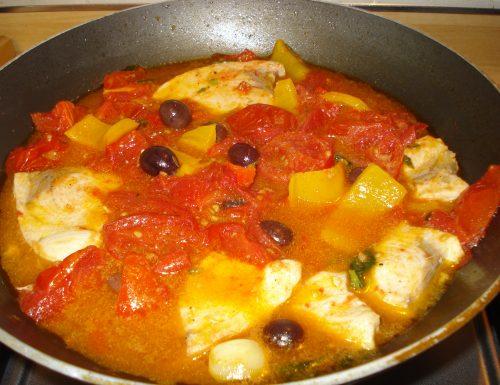 pesce spada in padella con pomodori olive e peperoni