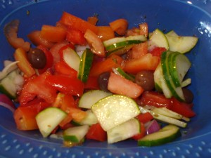 insalata di pomodori cetrioli e olive nere