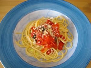 spaghetti al pomodoro fresco e briciole di fresella