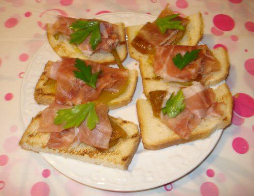 crostoni ai peperoni e crudo di Parma
