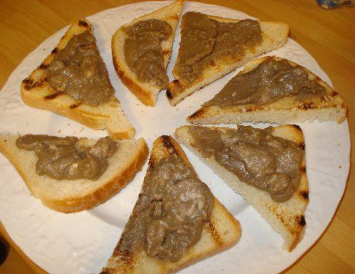 crostini con crema di lenticchie e salsiccia