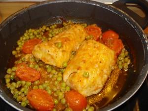 filetti di merluzzo ai piselli e pomodorini