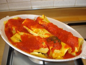 cannelloni ripieni di scarola con salsa al pomodoro