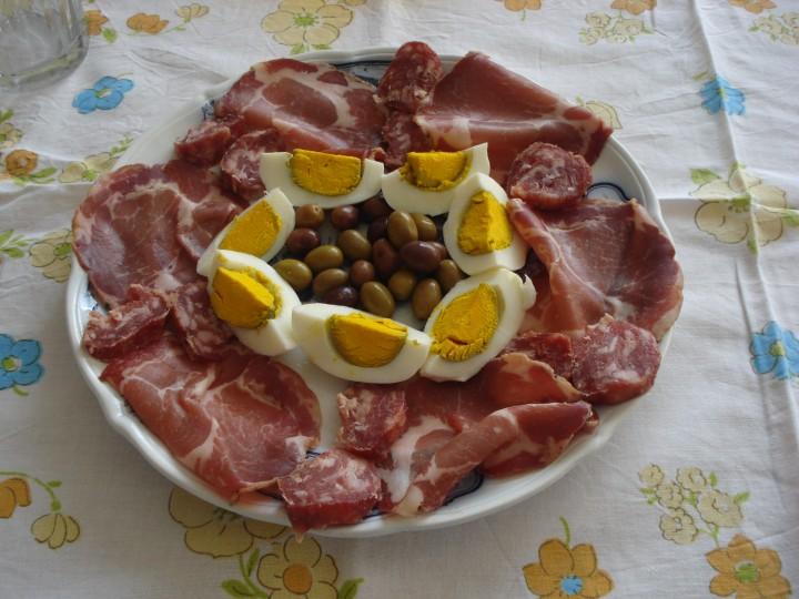 antipasto di uova sode e salumi