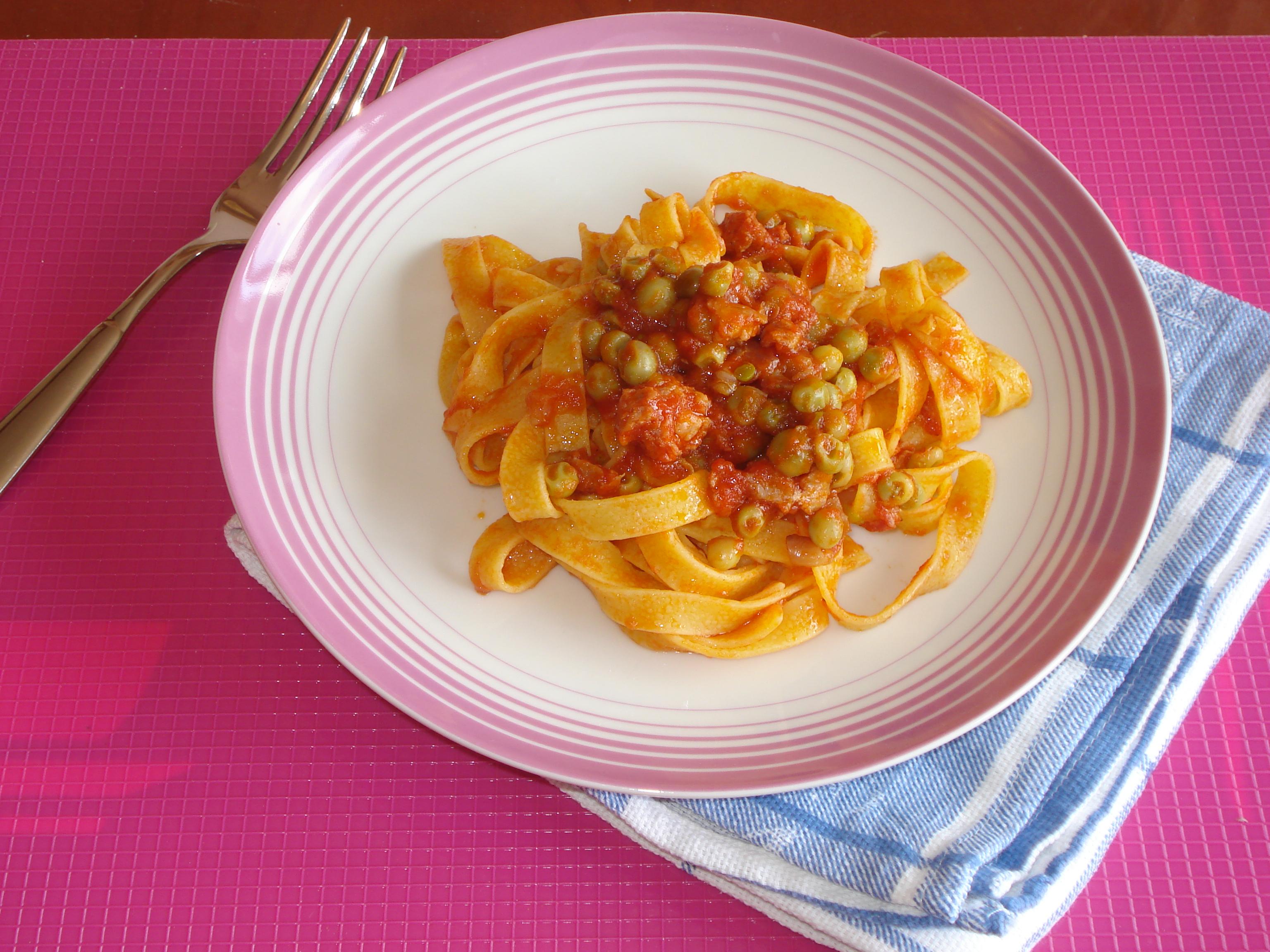 fettuccine ai piselli pomodoro e salsiccia
