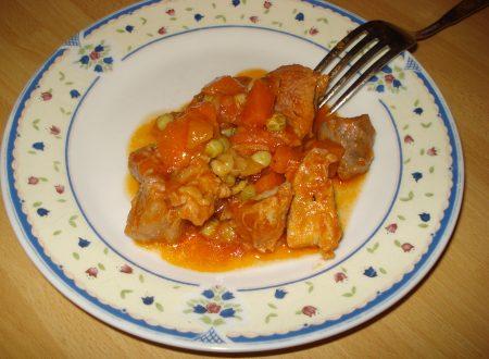 spezzatino di maiale con carote e piselli