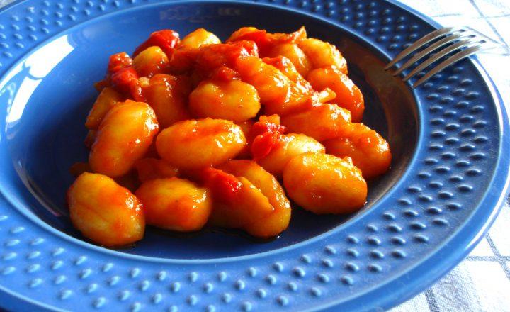 Gnocchi di patate con salsa ai peperoni e pomodoro