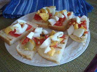 bruschette con uova sode e pomodorini