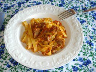 pasta con carciofi salsiccia e pomodoro
