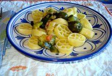 Ruote di pasta alle olive e zucchine