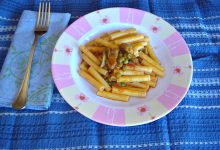 Pasta al sugo di carciofi piselli e patate