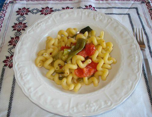 Riccioli di pasta alle zucchine e peperoncini verdi friggitelli
