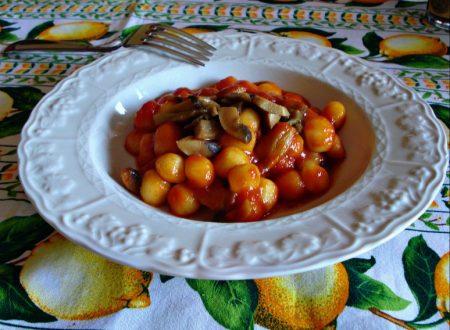 Chicche di patate al sugo rosso di funghi champignon
