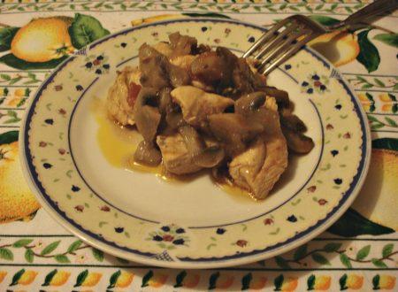 Spezzatino di pollo ai funghi champignon