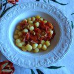Chicche di patate al sugo di pomodorini speck e noci