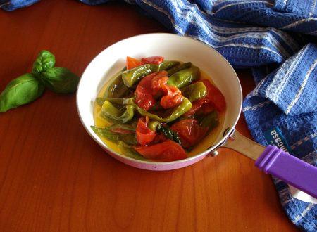 peperoncini verdi fritti con pomodoro e basilico