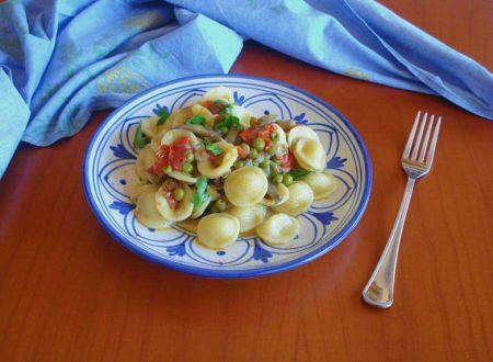 Orecchiette al sugo di piselli pomodorini e carciofi
