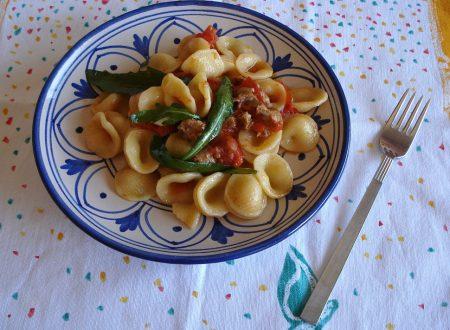 Orecchiette con rucola salsiccia e pomodori