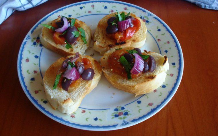 Bruschette ai peperoni grigliati e olive nere