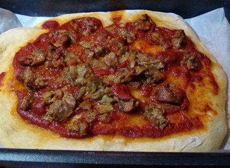Pizza ai carciofi pomodoro e salsiccia