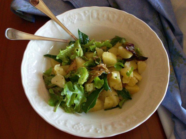 Insalatona mista estiva con patate rucola e melanzane sott'olio