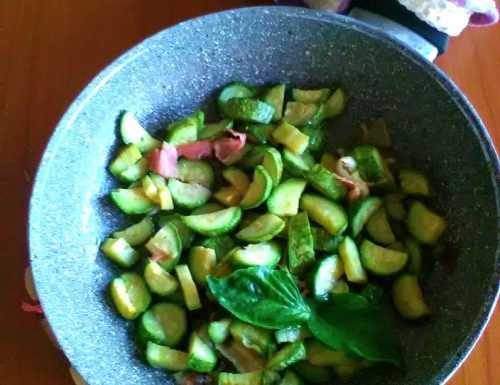Zucchine e speck saltati in padella