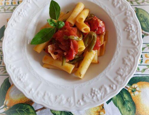 ziti tagliati ai fagiolini pancetta e pomodori