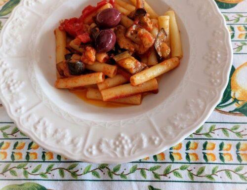 Pasta con melanzane a funghetto pomodorini capperi e olive nere