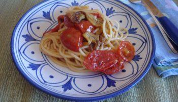 spaghetti con sauté di melanzane pomodori e cipollotto